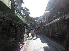 江ノ島弁財天仲見世通りを歩きます。 大分空いています。 ここは台湾の九份を何となく思い出します。