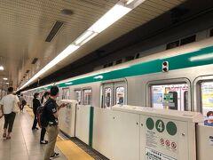 今日は日曜日。 昨日着いた時よりも、ちょっと人が多いかな?  地下鉄を乗り継いで京都駅へ。