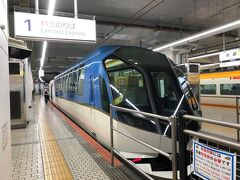 近鉄特急で乗り換え無しで奈良まで行けるんだよね~。と、駅に来たら・・・直行便は元々数が少ないのか?12時過ぎの列車まで席が無いよ。  と、言うわけで梶原神宮行きで西大寺乗り換えになりました。  これは賢島行きだね。 以前、名古屋から賢島まで乗ったのもこれかな~?もっと普通の車両っぽかったような・・・