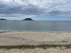 潮見公園から島周り道路に戻り、北側のビーチ。
