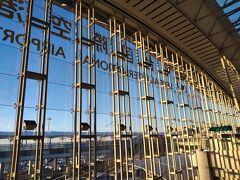 朝陽射し込む仙台空港に到着。活気あったころに比べ、まだまだ人手が少ない。