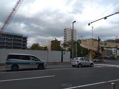 札幌駅で時間を潰してから移動開始。駅を北側に出て北8条通を東進する。  ちょうど創生川通との交差点....いまは再開発の工事をしているが、以前ここには大正末期の建物使った居酒屋「燔」があった。「燔」には何度もお世話になって思い出のある場所だった。なんだか寂しい。  居酒屋 燔 https://4travel.jp/dm_shisetsu/10109351