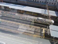 午前9時半 ホテルのお部屋から電車ウォッチング 朝の通勤通学時間を終えて留置線で休む普通電車