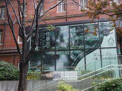 東京駅に着くと雨が降っていました。三菱一号館美術館まで歩きます。 10/15より始まった「イスラエル博物館所蔵 印象派・光の系譜ーモネ、ルノワール、ゴッホ、ゴーガン展」。イスラエル最大の文化施設であるイスラエル博物館。約50万点もの文化財を所蔵し、広大な敷地に、先史から現代までの幅広いコレクションを多く展示しており、2000年前の世界最古の聖書「死海文書」を所蔵する「死海写本館」や、イサム・ノグチによって設計された第二神殿時代のエルサレムを再現した「ビリー・ローズ・アート・ガーデン」が有名ですが、印象派も珠玉のコレクションを誇り、本展では日本初出展の名品が多数展示されます。