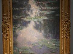 クロード・モネ「睡蓮の池」1907年 1905年、モネはパリのデュラン=リュエル画廊で「睡蓮:水の風景連作」展を開催し、1903年~08年のあいだに描いた48点の睡蓮の連作を1室にまとめています。本作はそのうちの1点で、穏やかな水面に睡蓮が浮かんでおり、雲や空、木々など池の外の情景も示唆しています。