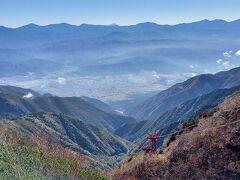 真ん中あたりの一番上に見えている富士山とロープウェイ