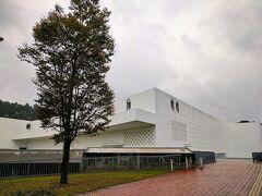 「ワ・ラッセ」、いったん外へ出ても、その日であれば再入場できるとのことなので、ほどほどにして、路線バスで青森県立美術館へ。
