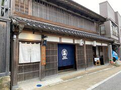 こちらが私たちの本日のお宿です。  左が入り口。  正面は和紙とお香?のお店です。