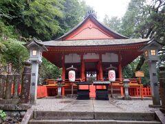 1時間位で奥社厳魂神社到着 疲れてはいるけど、死にそうなほどでもなかったかな 夏らしい暑い気温の日じゃなかったのがよかったのかもしれない  しかし、雨で濡れてるので登りより下りの方が怖かったです 両手が空くリュックのが安心かもしれない