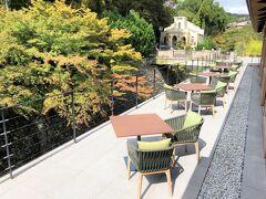 京都・北区『ROKU KYOTO, LXR Hotels & Resorts』レストラン棟  『ロク キョウト エルエックスアール ホテルズアンドリゾーツ (ロク 京都)』のレストラン【TENJIN(テンジン)】の テラスのシーティングエリアの写真。  自然豊かなテラス席のすぐ下は「天神川」が流れ、 涼やかな川のせせらぎが聴こえる心地の良い空間です (#^^#)
