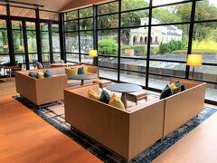 レストラン【TENJIN】内の「ザ・バー(The Bar)」の シーティングエリアの中央には、水盤が眺められるソファ席が 設けられています。  水盤の奥には、『しょうざんリゾート京都』内のブライダルサロン が見えます。  水盤に面した幻想的な空間で、風に揺れる水面を眺めながら 贅沢な時間を過ごすことができます。