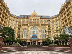 まずは東京ディズニーランドホテル内にある 「ドリーマーズ・ラウンジ」のアフタヌーンティーセット。 人気があり、予約を取ること自体かなり難しいです。 ただ、ディズニーホテルに宿泊するゲストは宿泊特典として 予約が取りやすくなりますが、ドリーマーズ・ラウンジはそれでも激しい争奪戦^^;;