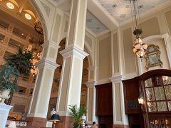 東京ディズニーランドホテルのロビーラウンジになりますが 吹き抜けで窓も大きく明るく優雅な雰囲気のラウンジです。