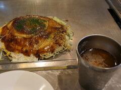 広島に来たからには、やはり広島焼きを食べなきゃ。 (個人的なこだわり) お好み焼肉玉子そば入と生ビール(小)で、税込み1220円。