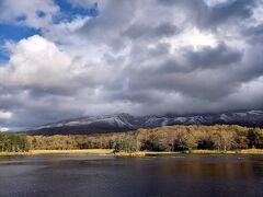 説明を聞き名が歩いていると間もなく二湖。  ちょっと分厚い雲が見え始めました。