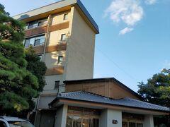 あっという間でもう明日には東京へ帰る長女。 最後にと、【四季育む宿 然林房】(3つ星ホテル)で一泊します。 昨年来て良かったので、またこちらを選びました。 ※去年の旅行記 https://4travel.jp/travelogue/11664618 市内から近いのに、景色がガラッと変わって遠出した感あり、お手軽価格なのと駐車場が広くて絶対停められるのが決め手の一つでもあります。  自宅から30分少しで到着~ 次女は仕事の為、18時退社の後急いでタクシーでこちらに向かいます。  緊急事態宣言は明けたけどホテルの夕食の時間は最終が18時半。 30分くらい3000円程かかってしまう~(;´Д`) 勿体ないけど仕方ないなぁ (京都駅からもその位だと思います)