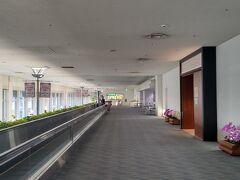 空港内はより人が少ないです 当然ながら出発する人しかいないので