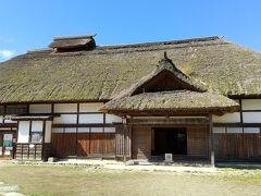 本陣。見学は200円です。 約400年の歳月を経ても残る伝統的な茅葺き屋根。 これは村の人々が自ら保存活動を行うことによって維持されています。 専門技術を持つ茅手(かやて)と呼ばれる職人を中心に、ほとんどの村の人々が協力し合い屋根の葺き替えに取り組みます。