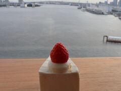 ストロベリーショートケーキ。 702円。  レインボーブリッジを眺めながら、どちらも美味しくいただきました(*´∀`*)