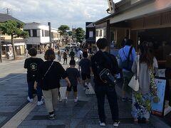 神門通りは観光客で大賑わい。