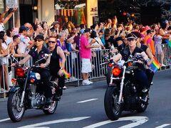 マルディグラ・パレードの構成は毎年同じです(2021年はコロナの影響で、ストリートパレードではなくスタジアム内で開催されました)。まず最初に夕暮れの7時ごろにとても男らしい女性バイクグループ Dykes on Bikesが爆音を轟かせて入場してきます。