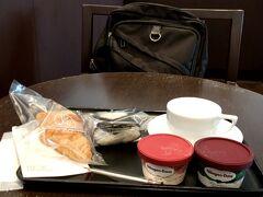 9:00にDPラウンジで朝食。クロワッサンと明太子おにぎりです。そして性懲りもなくアイス二つ食べました。お腹がギュルギュルするかも? だいじょーぶ。下痢止め持ってきました!(いや、そうじゃなくて)   1時間ほどで岡山空港到着。バスで岡山駅まで向かいます。 乗った空港連絡バスは6割くらいの乗車率。 交通系ICカードが使えました。