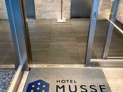 10月22日(Fri) Hotel MUSSE Ginza Meitetsu https://www.m-inn.com/musse/ginza/  まず今日は気になっていたお店のランチから~ 新橋駅からも銀座駅からも同じぐらいの距離かな?10分弱といったところ。 ホテルミュッセ銀座名鉄というホテルの2階にあるレストランです。ホテルのコンセプトはAmuse(楽しませる)とEssence(大切な要素)だそうです。