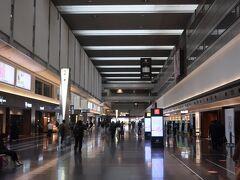 今月は岡山へ行ったばかりなのに 今度は広島へ飛んじゃいます。  中国地方が好きというわけではないですが・・・  ということで羽田です。 この写真では人は少なそうですが 手荷物検査場には久々に行列ができていました。  JAL255便にチェックイン!