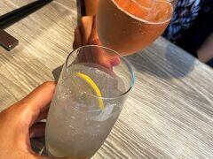 ボンボヌール https://www.bonbonheur.jp/  らびたんさんが連絡してくれたのですが、ホントならお昼頃が希望だったのに満席とのことで15時以降しか予約出来ないとな@@;まぁしょうがない、遅めのブランチってことで!!  改めまして乾杯で~す♪ らびたんさんはシャンパン!!飲めるっていいな。私はレモンスカッシュ(笑)