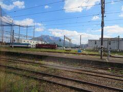 定刻12時17分鹿児島中央駅を発車しました。 すぐにお隣鹿児島駅。 機関車越しに桜島が見えてます。 電気機関車を見ちゃうとかつての寝台特急を思い出しちゃいます。 現在の鹿児島中央駅も当時は西鹿児島駅と呼ばれていたっけ。