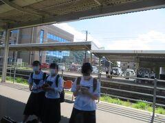 12時45分頃、加治木駅(鹿児島県姶良(あいら)市)運転停車。 下校途中の高校生たちが羨ましそうに車内を眺めていました。 お昼過ぎてるからお腹すいてるよね。ごめんね。