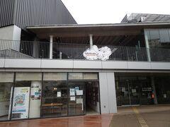 戸越駅から10分ちょっとで「info&cafe SQUARE」に到着。 観光案内所機能を備えたコミュニティスペースとのこと。 ただしカフェは休業中でした。