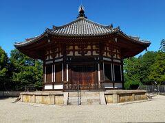 こちらは北円堂。本当はこちらの無著と世親の像の御開帳を見たくてこの日程で旅行を組んだのですが今年は開催されなくなってしまいました。来春こそきっと。