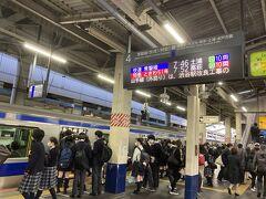 旅の始まりはJR常磐線、柏駅から。土曜日に登校の私立校生でホームが混んでいました。