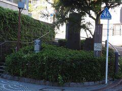少し戻って神奈川台の関門跡です。 開港後外国人が何人も殺傷され、各国の領事たちは幕府を激しく非難しました。そこで幕府は、横浜周辺の主要地点に関門や番所を設け、警備体制を強化。この時、神奈川宿の東西にも関門が作られ、そのひとつが西側・神奈川台の関門です。