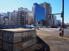 青木橋 国道1号(第二京浜道路)が東海道本線と京急本線を跨ぐ、日本最初の跨線橋の一つです。