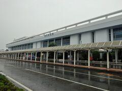 小雨の中、鹿児島空港へ到着