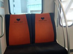 平日のせいなのか、コロナ禍のせいなのか、席が埋まらない程度の混雑。 ほどなく竹芝駅に到着。