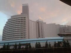 隣にあるホテルはヒルトン。 西内まりやさんがドラマの撮影をしていた時に使われていたホテルだと思います。 まだ日航東京だったころで、1度泊まりに来ようと思っていましたが、いつの間にかヒルトンになってた。