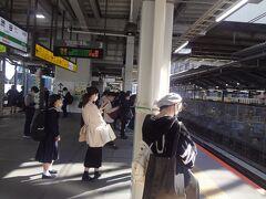 埼京線ホ-ム *困る人  1 工事個所をスマホで撮影しながら歩く人 電車と接触寸        前           大事故になれば スマホ歩きやめるでしょう      2  ホ-ム上を 走る人      3  おしゃべりしながら ベビ-カ-押す親子