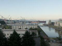 ビュー・ポートくれホテルで迎える朝。 部屋の窓から朝の呉港方向の風景が見られる。  部屋で軽めの朝食を摂って7:00前にホテルを出発