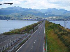 島原半島へは諫早湾の堤防道路を経由します。 途中車を止め、歩道橋から景色を眺めます