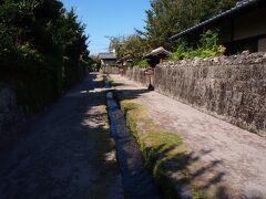 歩いて武家屋敷へ 島原城の西側一帯はかつてお城を守る鉄砲組の住居地帯がありました。その名残が現存し、今は「武家屋敷」という名で一般公開されています。 全長406.8m、幅5.6mの町筋の両側に江戸時代の屋敷が並ぶ。道の中央にある水路も往時のままです