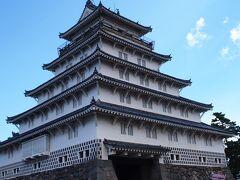 続いてメインの島原城へ 元和4(1618)年、松倉重政が安土桃山時代の築城様式を取り入れ、約7年の歳月をかけ完成させたお堀の全長2,233mの規模を誇る大城。 築城後は高力(こうりき)氏、松平氏、戸田氏、そして再び松平氏と、幕末に至るまで4氏19代の居城となりましたが、明治維新で廃城となり、明治7(1874)年に天守閣が解体。現在の天守閣は昭和39(1964)年に復元し、島原の歴史と文化を伝える資料館になりました。
