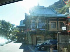 久しぶりの路線バスで箱根湖畔へ。  一度は止まってみたい【富士屋ホテル】を通過。