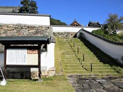城郭を思わせる石垣の上に頼久寺があります。