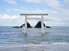 福岡県の糸島に戻るころには、曇天小雨模様から一転して晴れ間が見えはじめた。あれ? 注連縄がないけどこれがデフォだろうか。