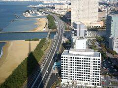 レンタカー返却まであと少し時間があったので、百道にある福岡タワーに上ってみる。日がだいぶ傾いてきた。  福岡タワー https://www.fukuokatower.co.jp/