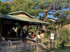 池を眺めながら、抹茶を楽しむことが出来る六義園内にある茶屋の一つ『吹上茶屋』で一休み。