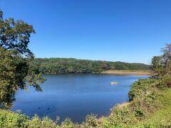 静かな宮沢湖を見渡せます。 近くには日帰り温泉で人気の宮沢湖温泉 季楽里別邸もあります。こちらは未就学児は入館出来ないのでご注意ください。